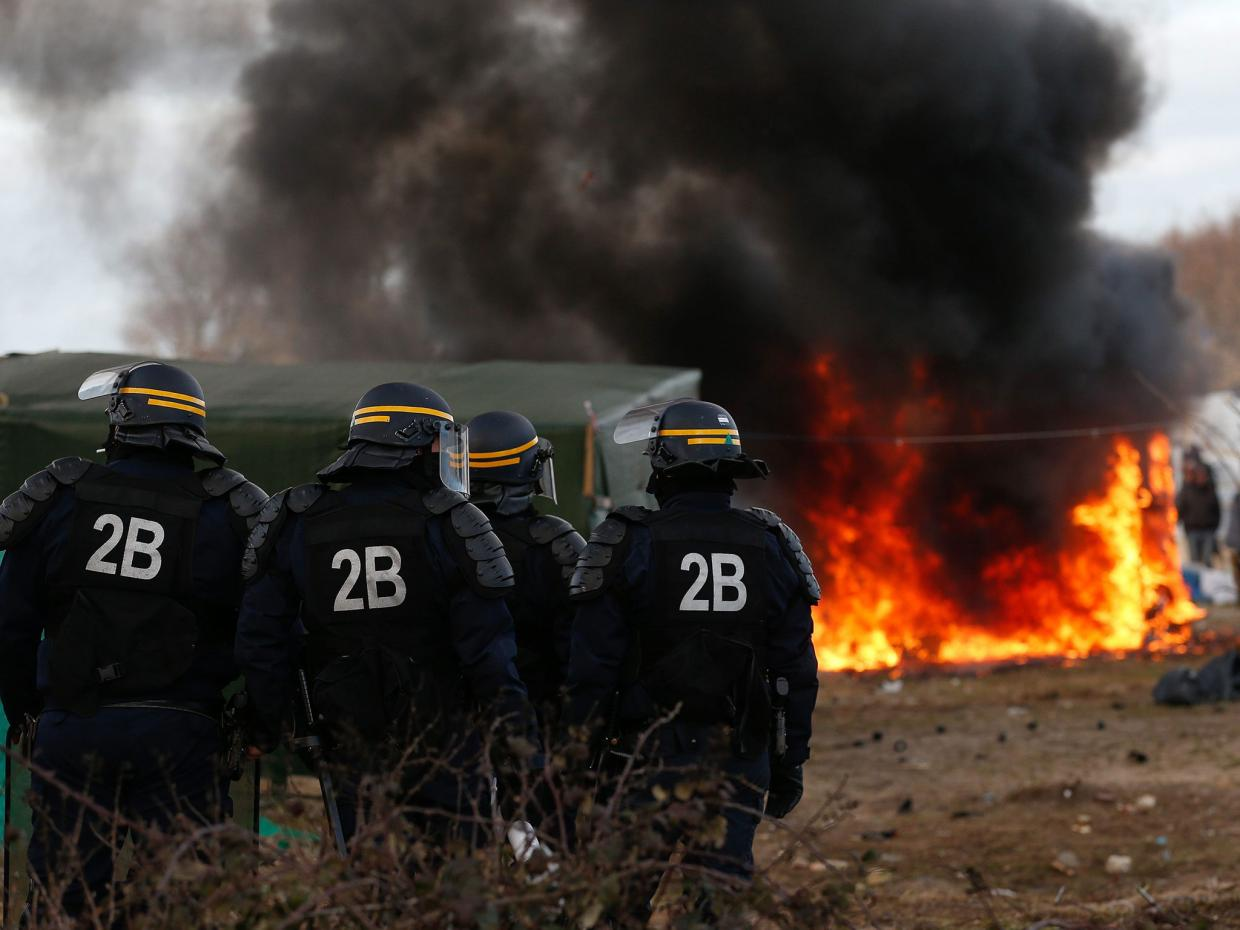 Protesters close Calais over refugee crisis